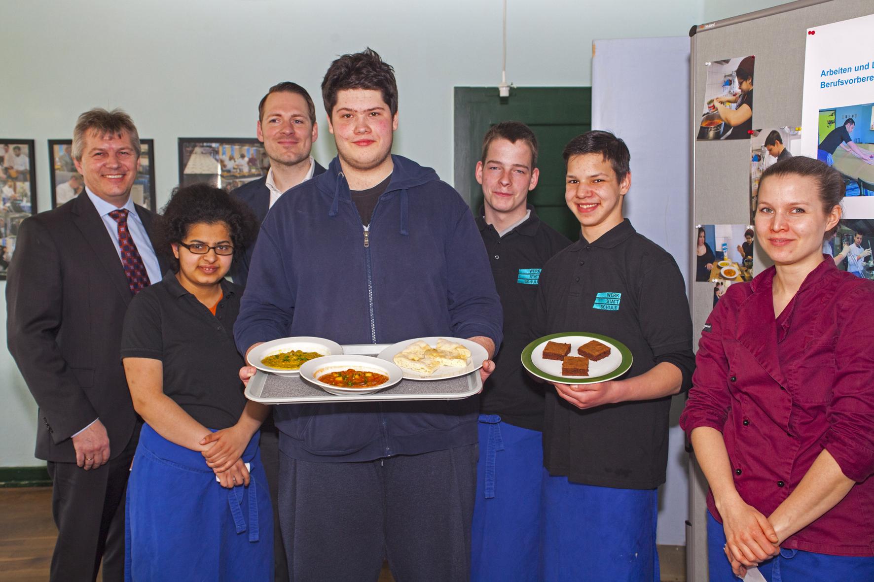 Udo Napp und Marcus Wolters mit der Crew der Suppenküche der werk-statt-schule die durch Aktion Sonnenstrahl ist leben gerufen werden konnte
