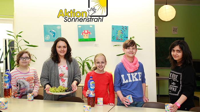 Kinder aus Schülertreff Misburg bereiten alles für den Besuch einer Jugendgruppe der Bismarckschule  vor.